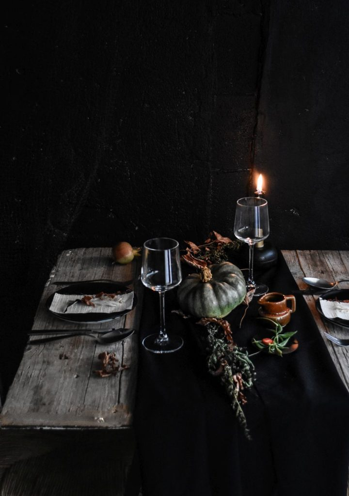 halloween-table-setting-idea-black-runer